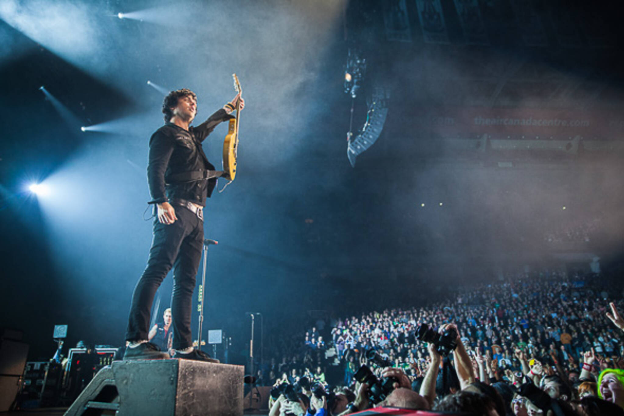 green day prove popular as ever at sold out acc show. Black Bedroom Furniture Sets. Home Design Ideas
