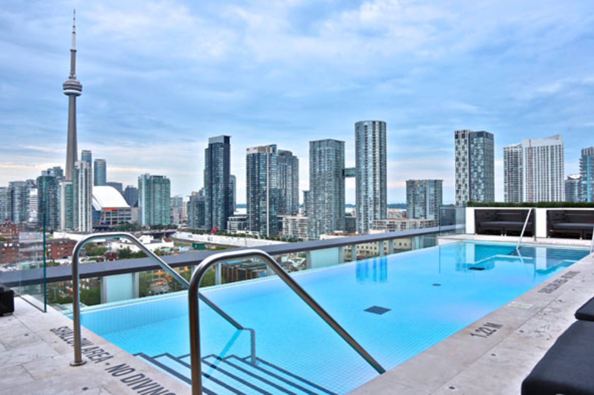 The top 15 hotel swimming pools in toronto for Rooftop swimming pool