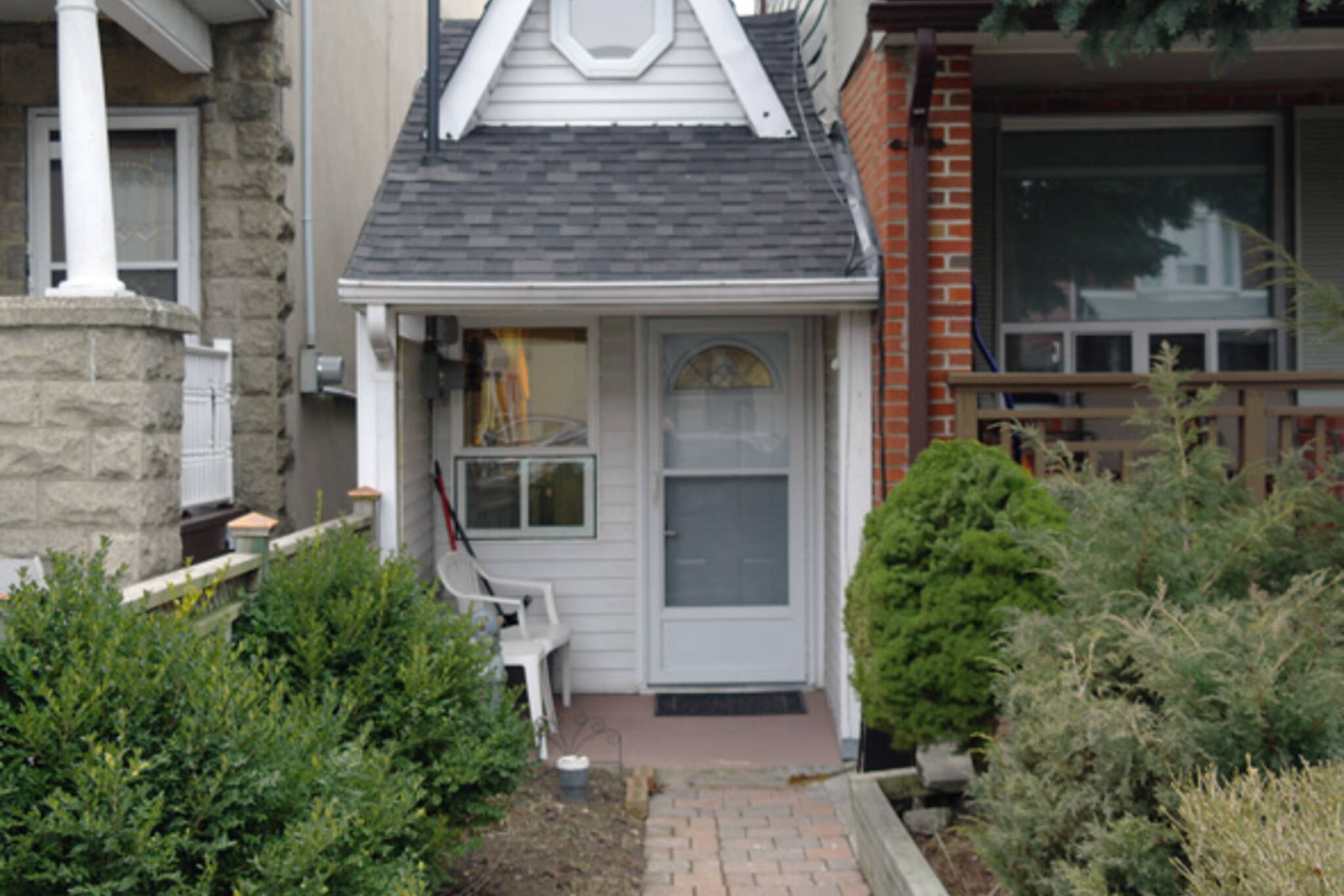 This is the smallest house in toronto on small apartment building