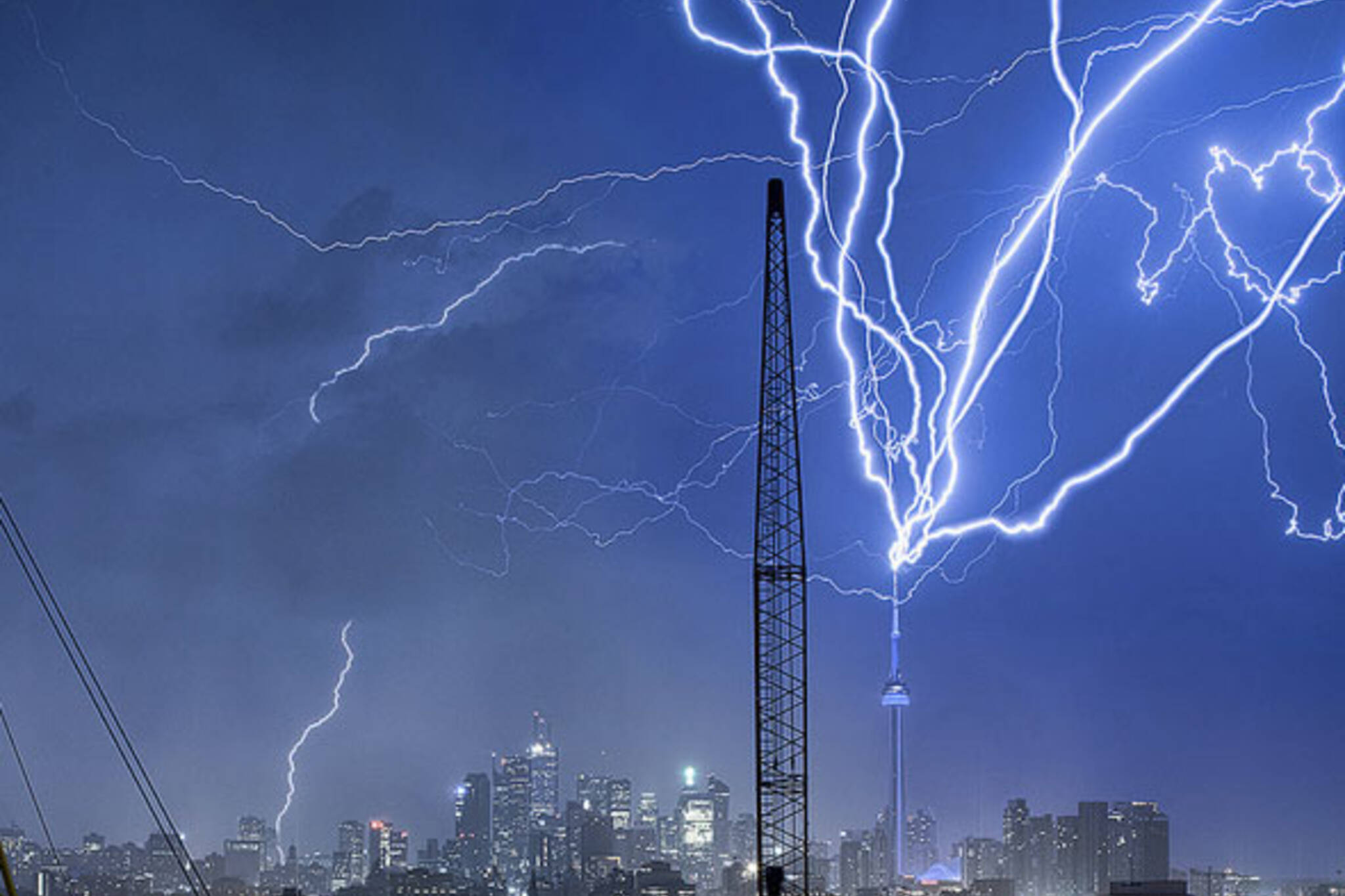 toronto lightning cn tower skyline