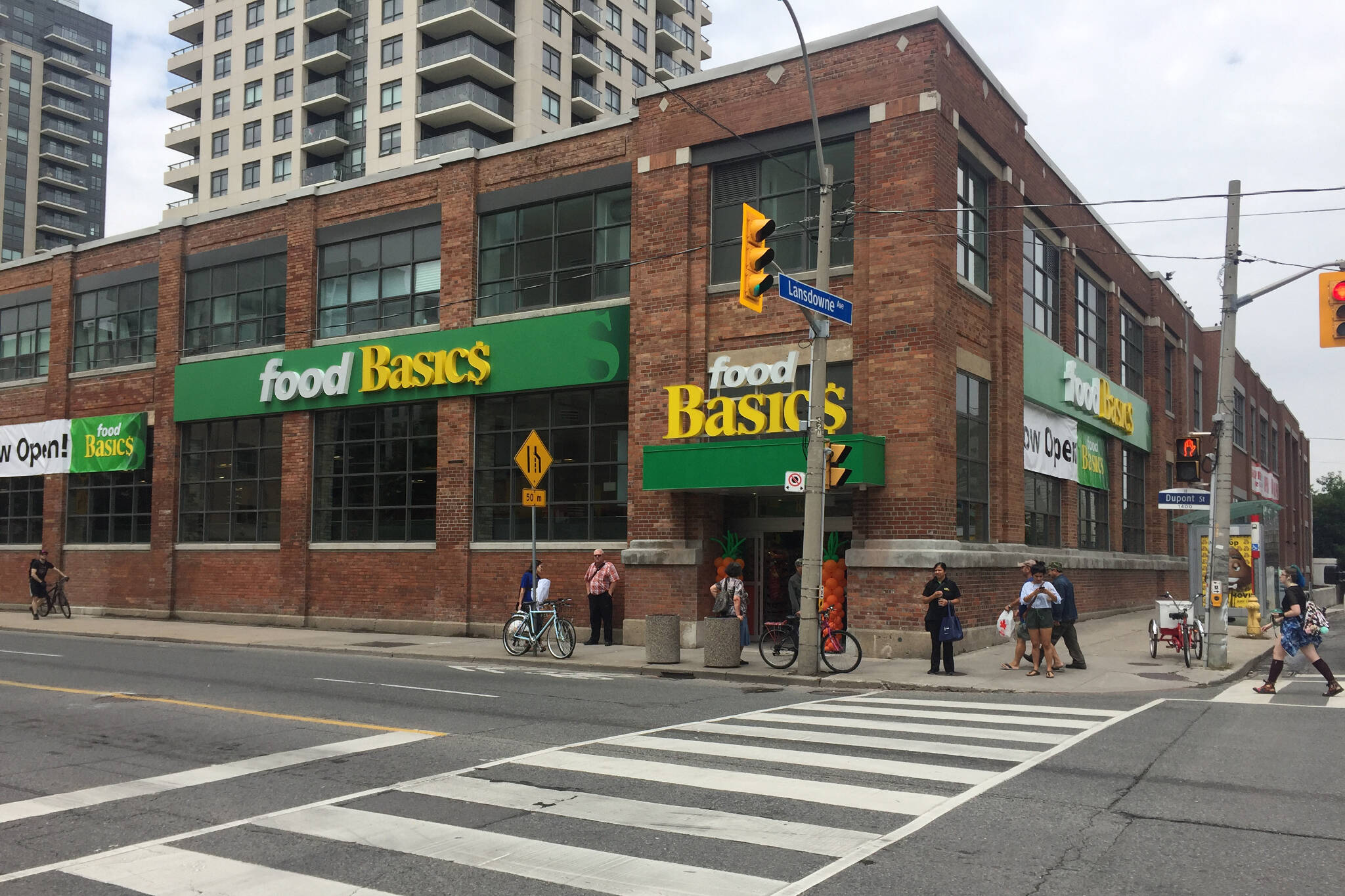 toronto finally gets the food basics it doesn 39 t want. Black Bedroom Furniture Sets. Home Design Ideas