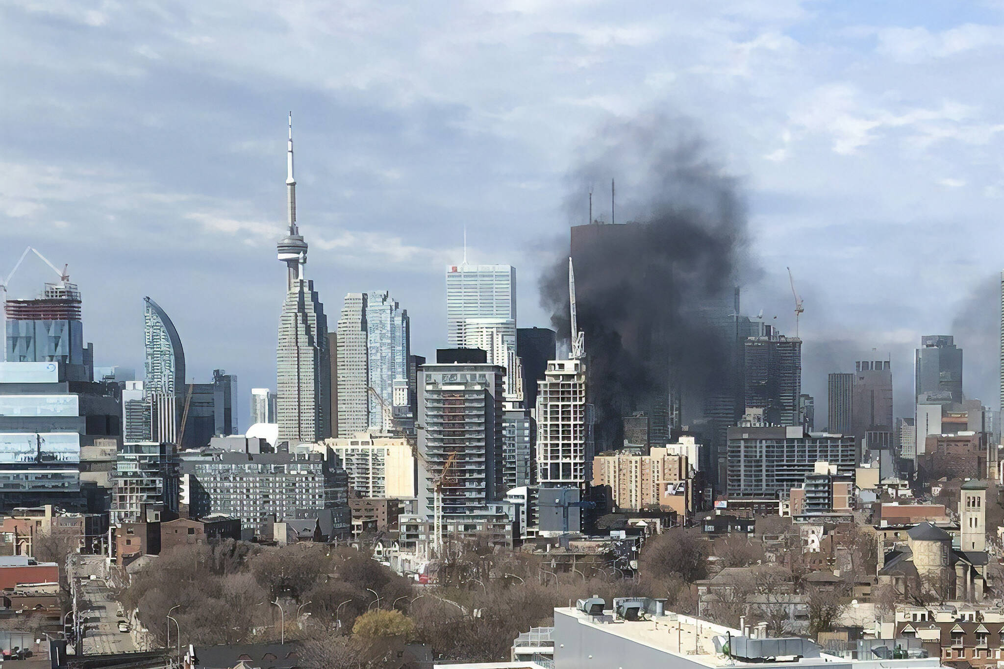 Fire in downtown Toronto apartment fills sky with heavy ...