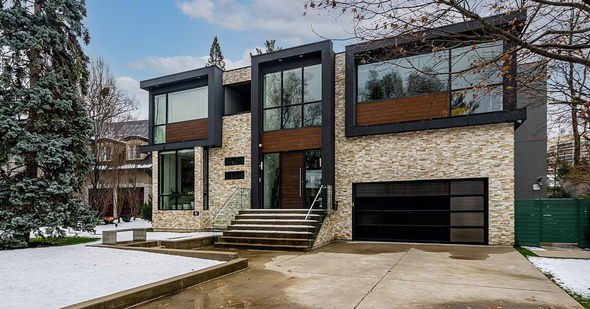 この550万ドルのトロントの家は渓谷にあり、2階建てのガレージがあります