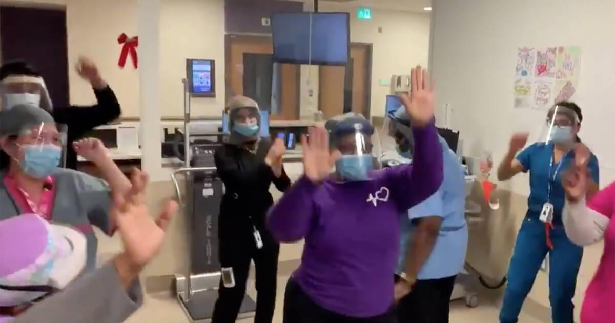 COVIDワクチンの到着により、トロントの病院で最前線の医療従事者が踊っています