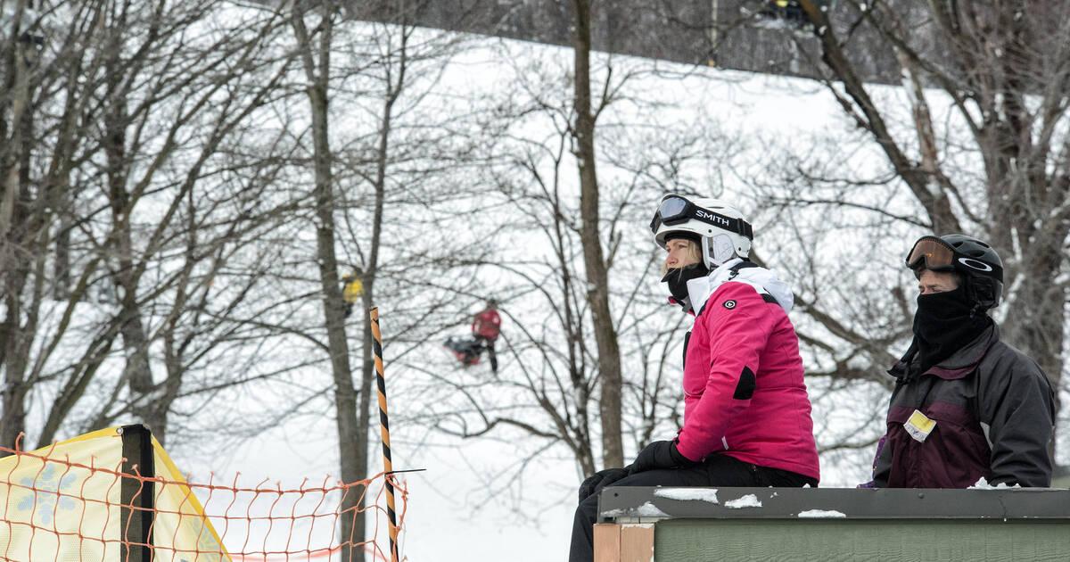 オンタリオ州のゲレンデの閉鎖に反対するスキーヤーとスノーボーダーが集結