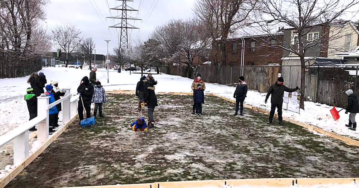 トロントの近所が協力して、屋外のアイススケートリンクをゼロから構築しました
