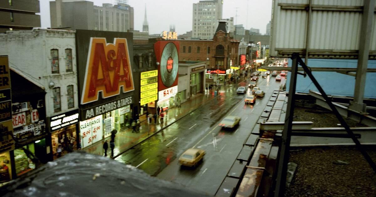 このカラー写真シリーズは、1980年代からトロントがどれだけ変化したかを示しています