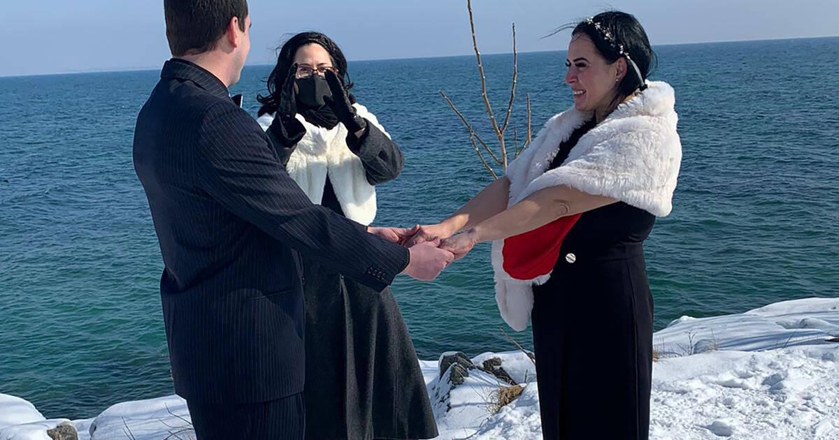 トロントのカップルは、湖のほとりの寒さの中で勇敢に結婚しています