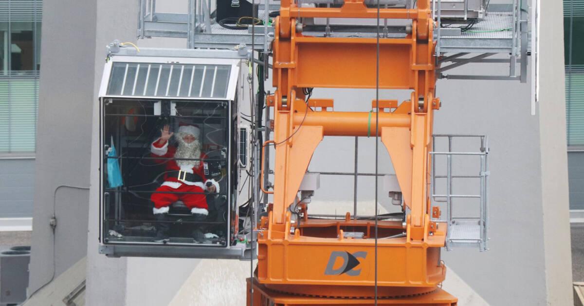 トロントの建設現場で働いている間、サンタは心を温めています